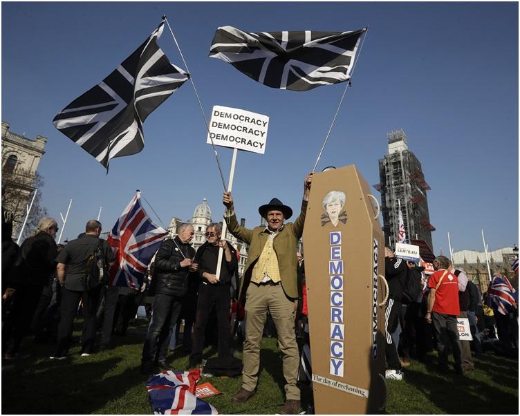 示威者高喊口號要求立即脫歐。 AP