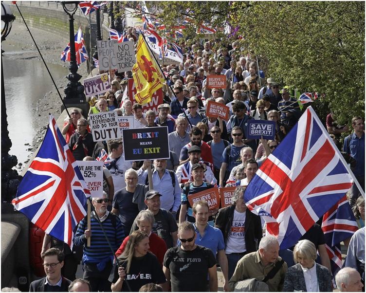 支持脱欧的选民四处游走挥舞英国、英格兰及威尔斯等地的旗帜。