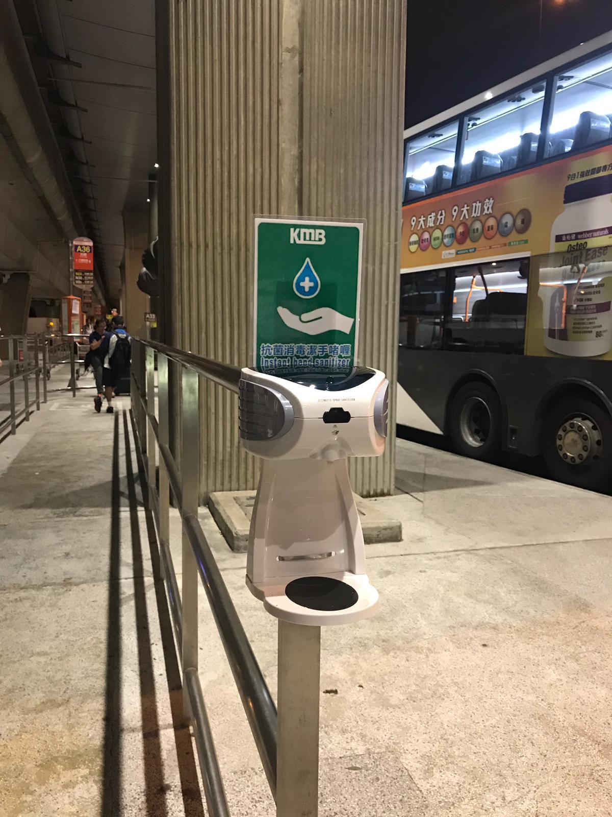 九巴在機場、港珠澳大橋香港口岸及落馬洲的巴士站排隊位置,設有酒精搓手液機。