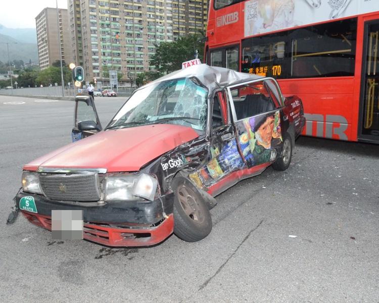 的士车身严重毁烂。