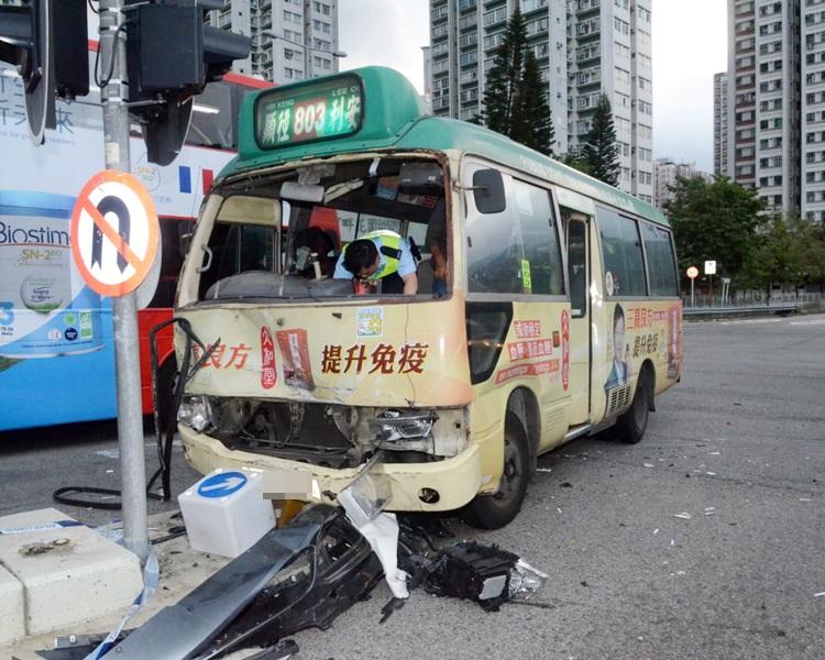 小巴车头损毁严重。