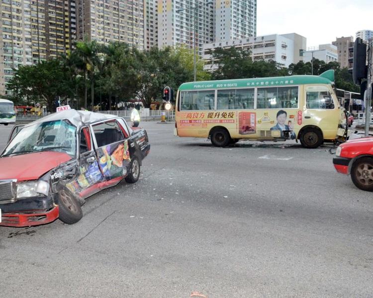 的士车身严重毁烂。右为涉案小巴。