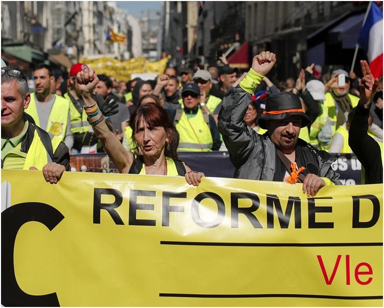 示威者大致和平游行。