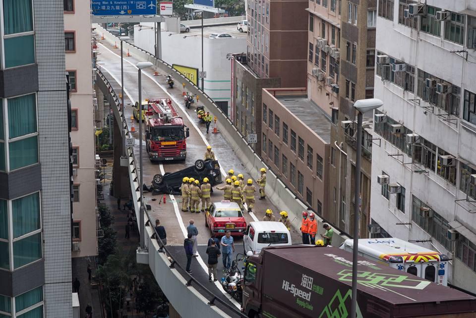 山道有私家車失事翻轉。西環變幻時網民Tai Ngai Lung圖片