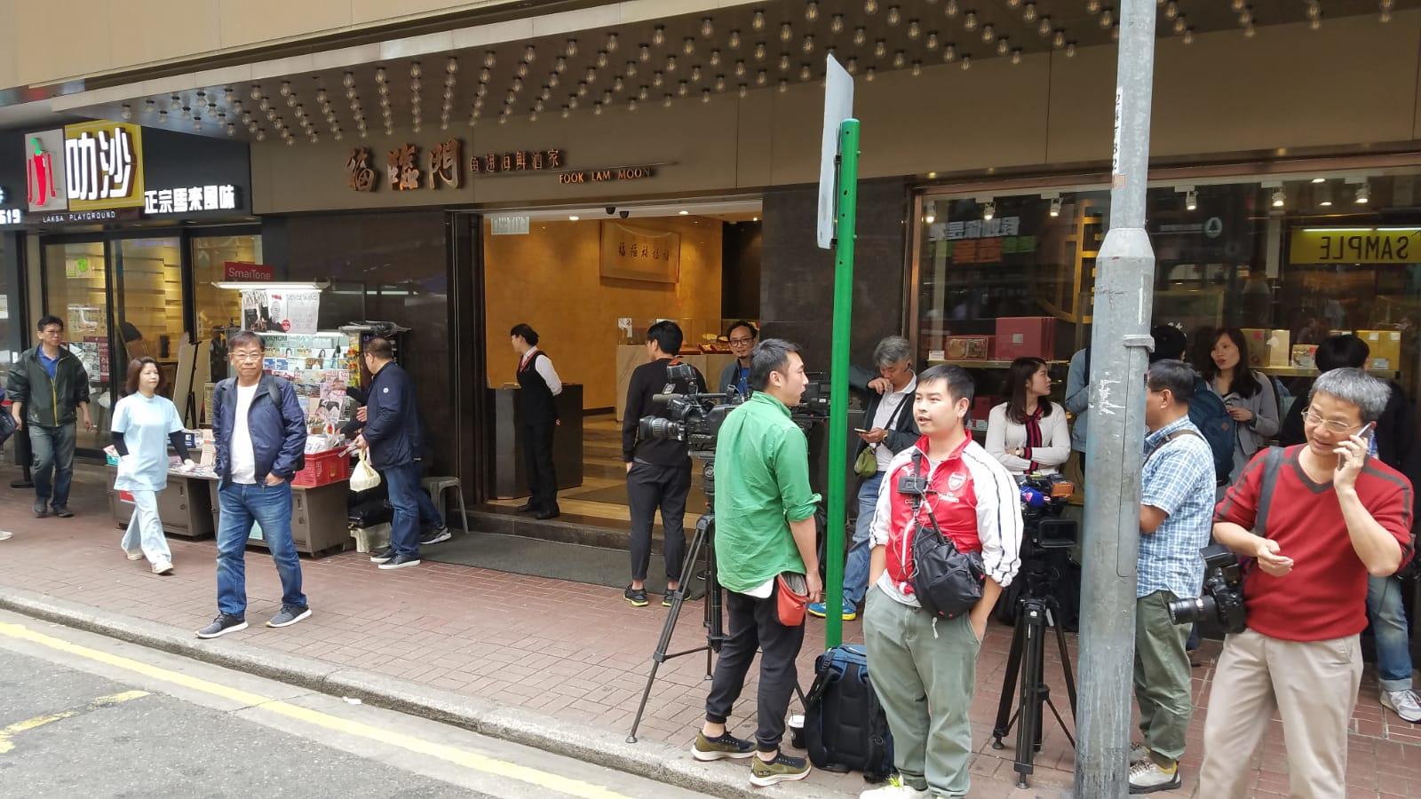傳媒在劉鑾雄經常光顧的福臨門酒家外守候。