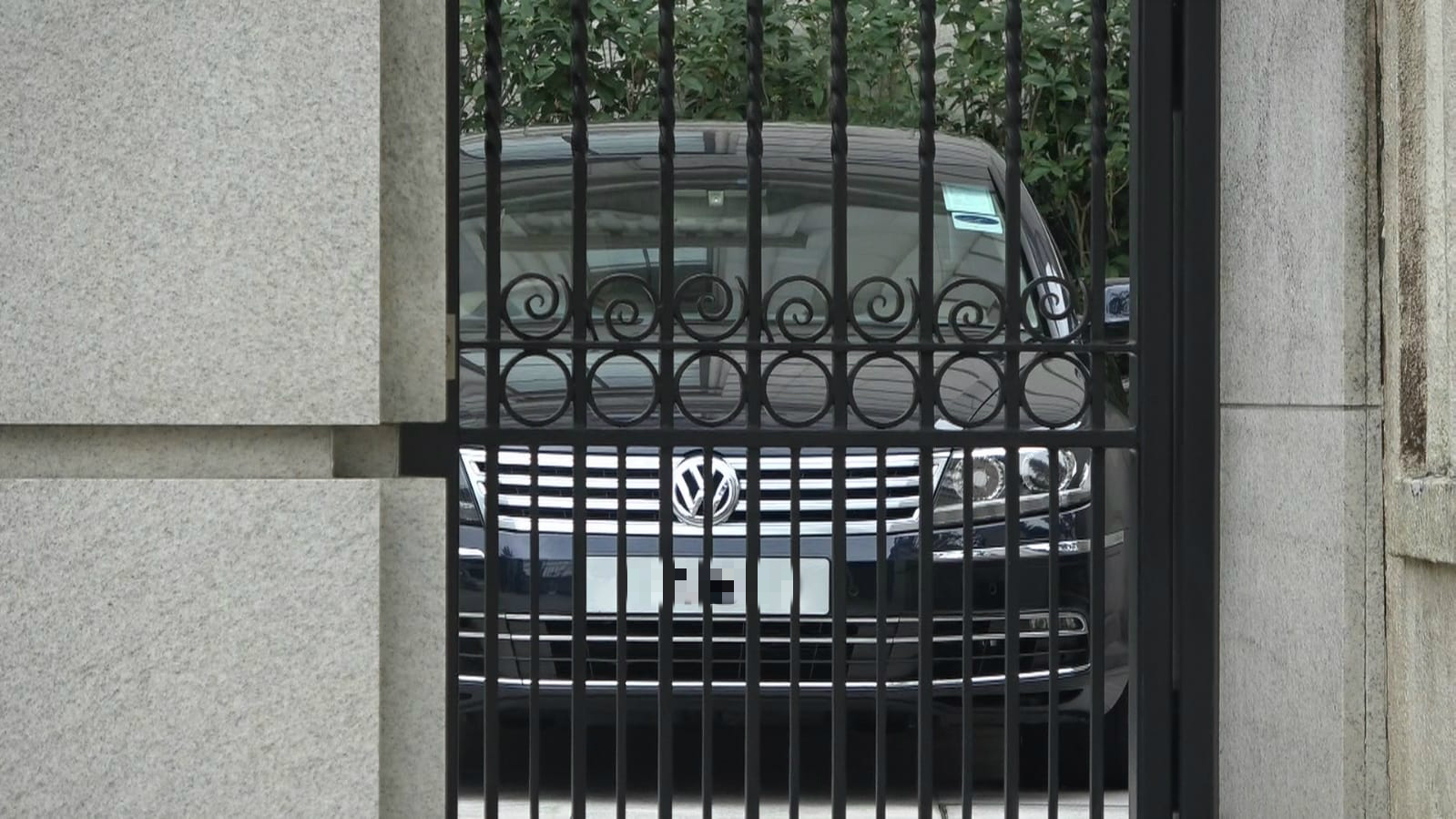 傳媒在劉鑾雄的大宅外守候。