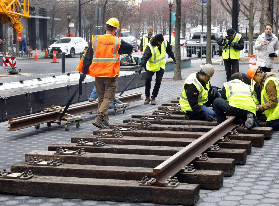 一名美國遊客企圖在火車路軌上偷取一塊金屬。AP