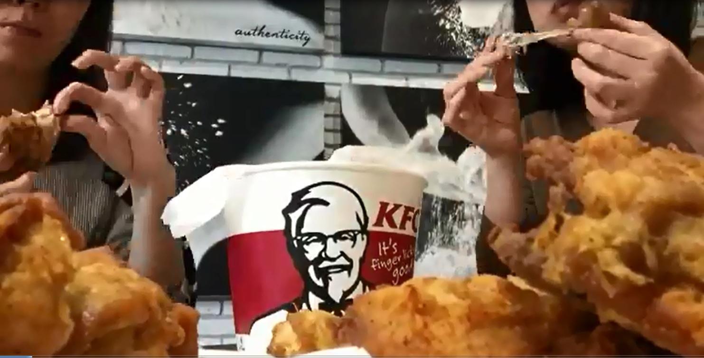 肯德基分享員工製作「雞骨桶」 的過程。影片截圖