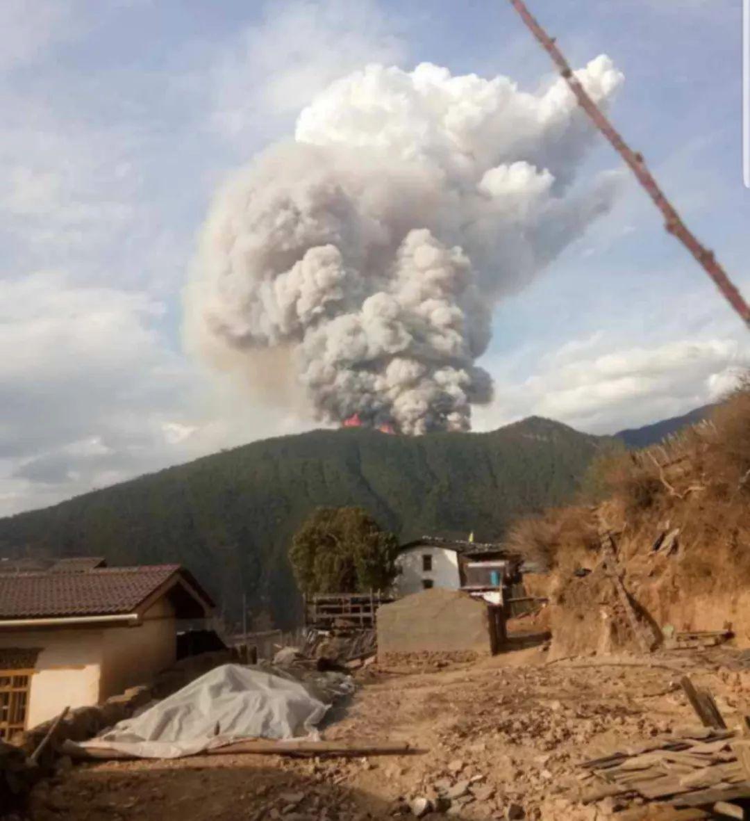 四川凉山火災現場冒出大量濃煙。