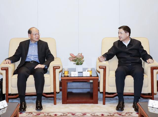 公安部常务副部长王小洪与前警务处处长曾伟雄会面。 公安部图