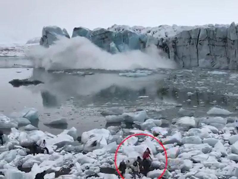 冰山突崩塌掀巨浪,游客见证大自然的威力。(网图)