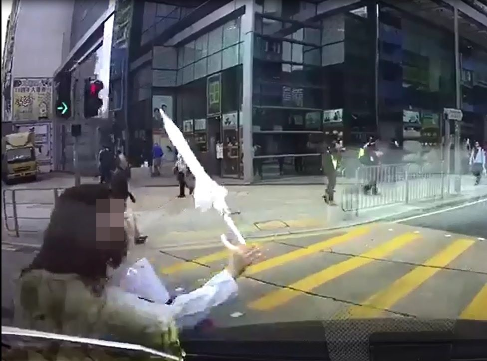 司机疑收掣不及,直撞向少女。影片截图