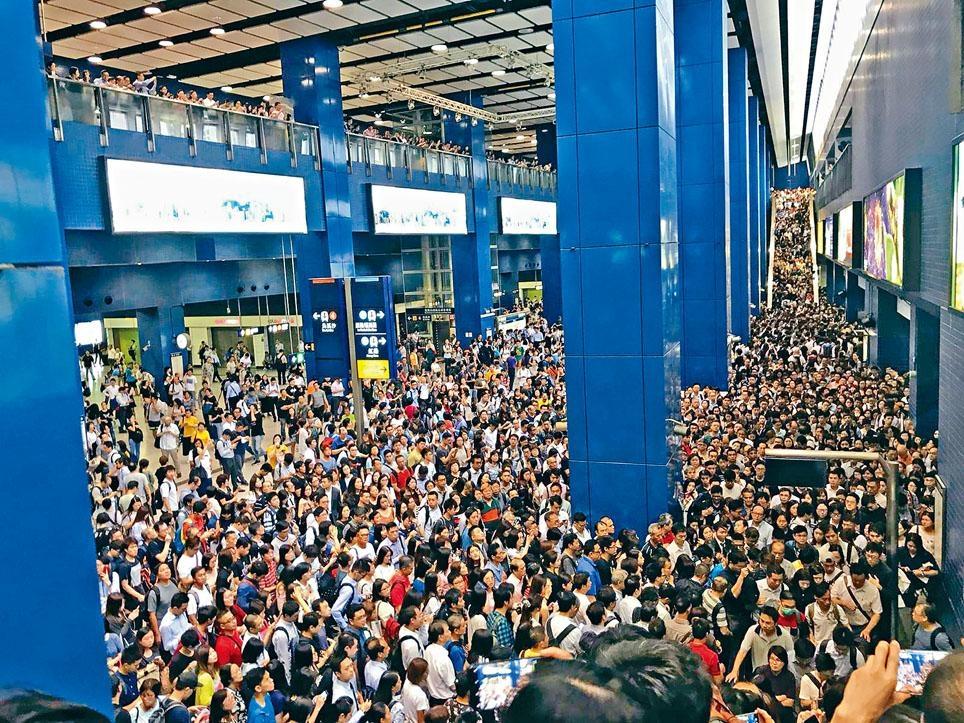 「山竹」過後,數以千計市民塞滿大圍站等上車返工。 資料圖片