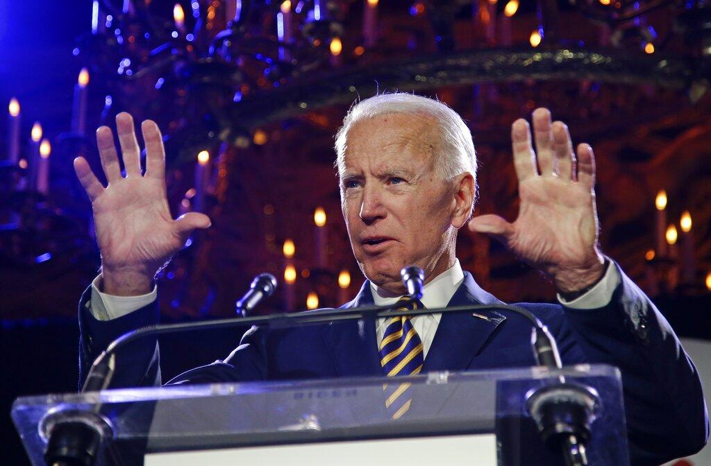 美國前副總統拜登再遭女性指控不當身體觸碰。AP圖片