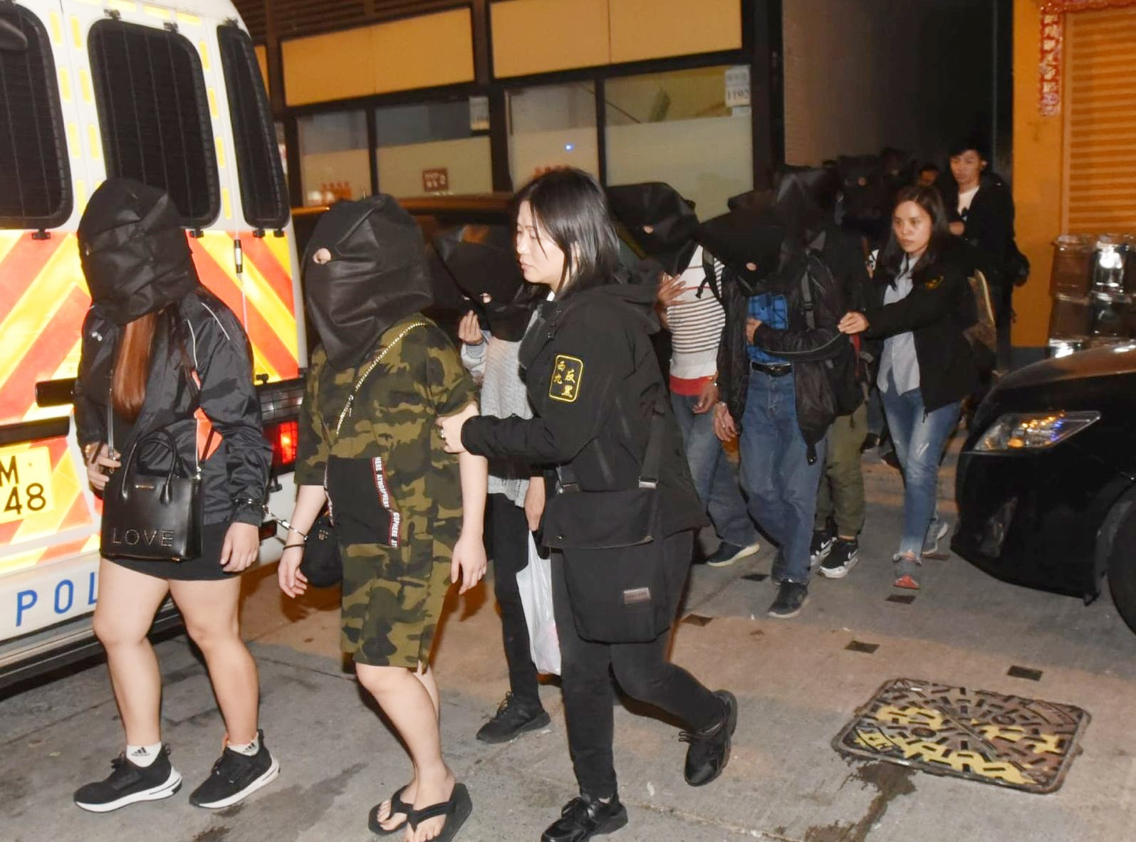 警方拘捕13男4女,年齡介乎23至60歲。