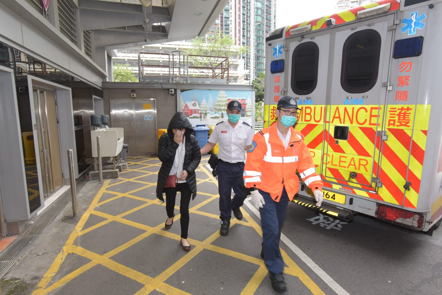 女事主由救護車送院。
