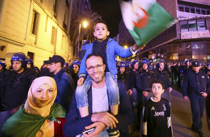 阿爾及利亞總統即時離職民眾上街慶祝。AP