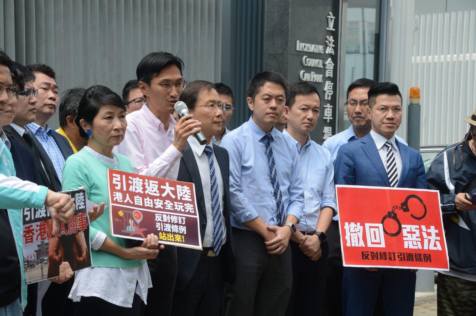 民主派示威要求擱置修訂逃犯條例。