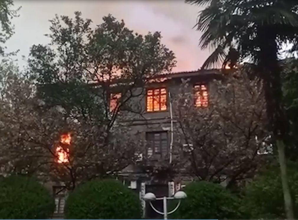 湘西政府辦公大樓樓頂起火。影片截圖