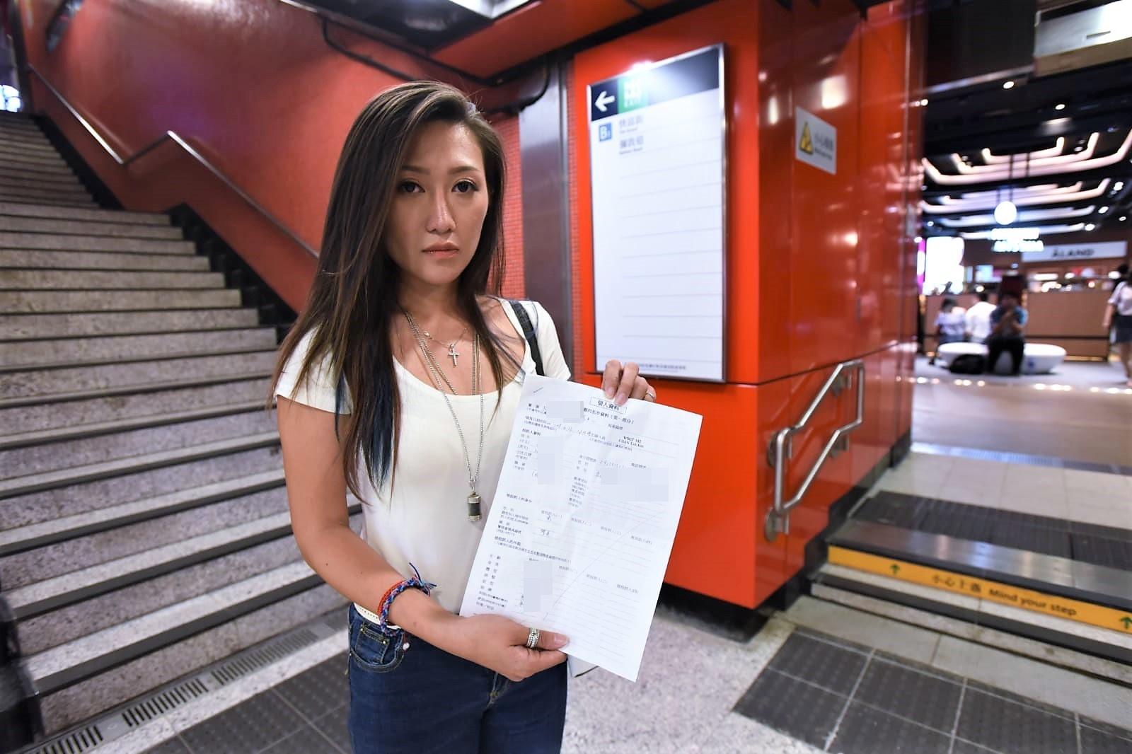 伍淑怡去年展示备案纸。 资料图片