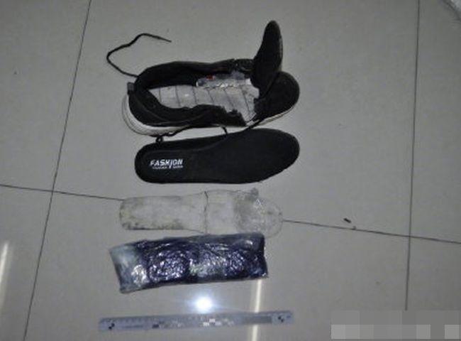 楊男將毒品麻古藏於鞋子的夾層。網圖