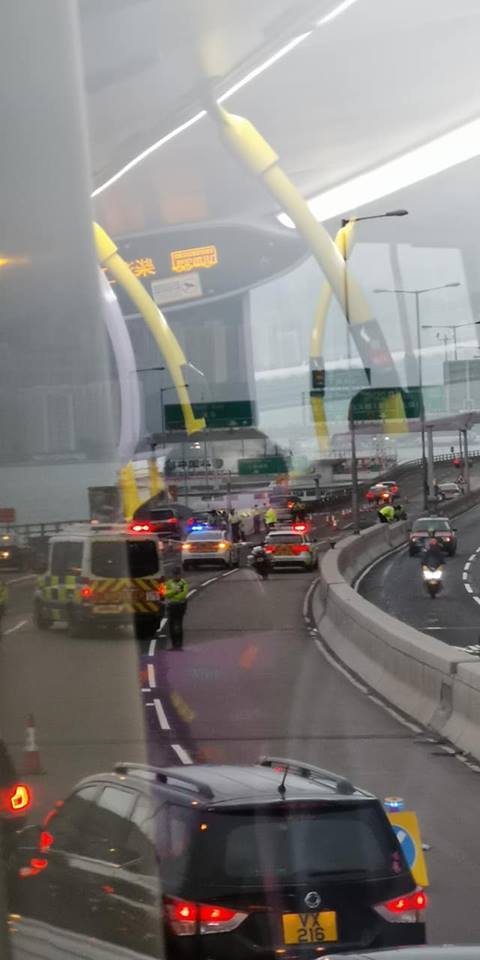 受事件影響,警方封鎖行車線調查。網民Alan Chan/ fb群組「香港交通突發報料區」