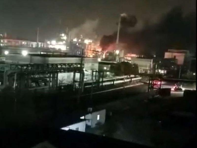 化工廠發生爆炸後陷入火海。(網圖)