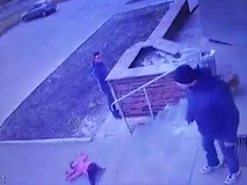 烏克蘭一名父親因子女爭搶超市手推車,拉6歲女跌落樓梯,因此被捕。(網圖)