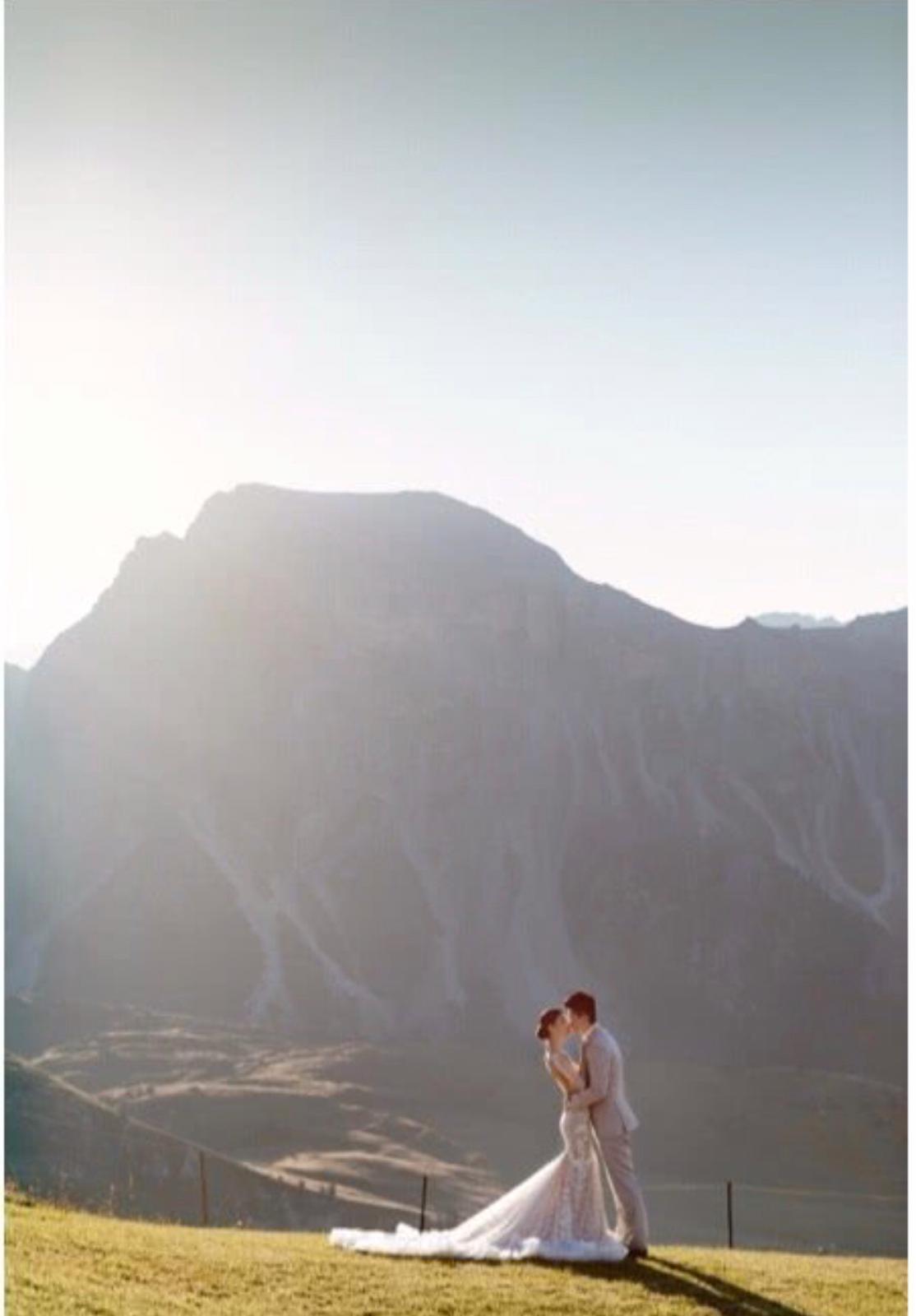 兩人的婚紗照。