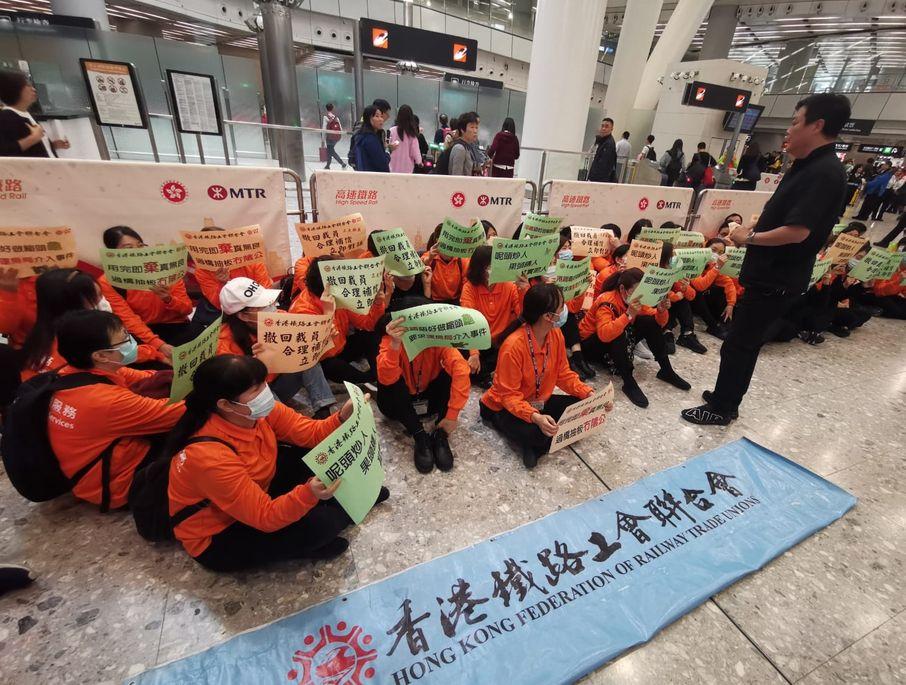 外判工早前靜坐站內抗議。資料圖片