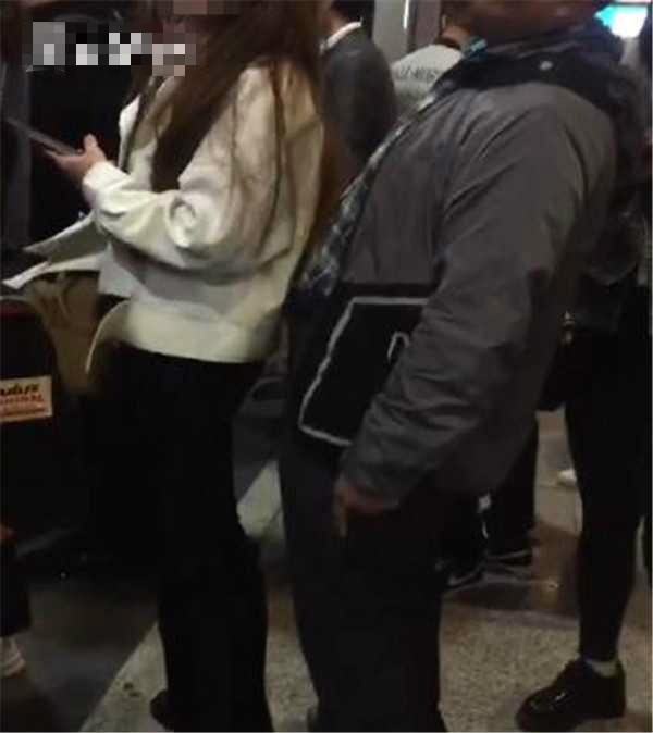男子公然向前面一名劉姓女子進行猥褻舉動。網試圖片