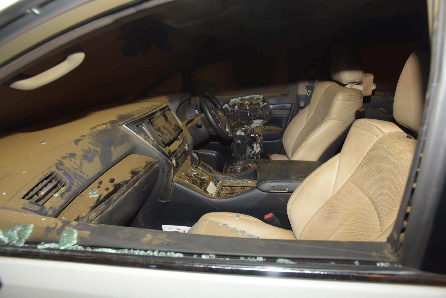 司機位電動窗摩打懷疑過熱起火,消防到場扑爆車窗將火救熄。