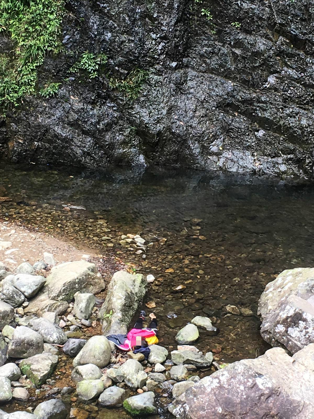 菲藉女子在瀑布懸崖位置影相期間,失足墮下瀑布。行山人士提供