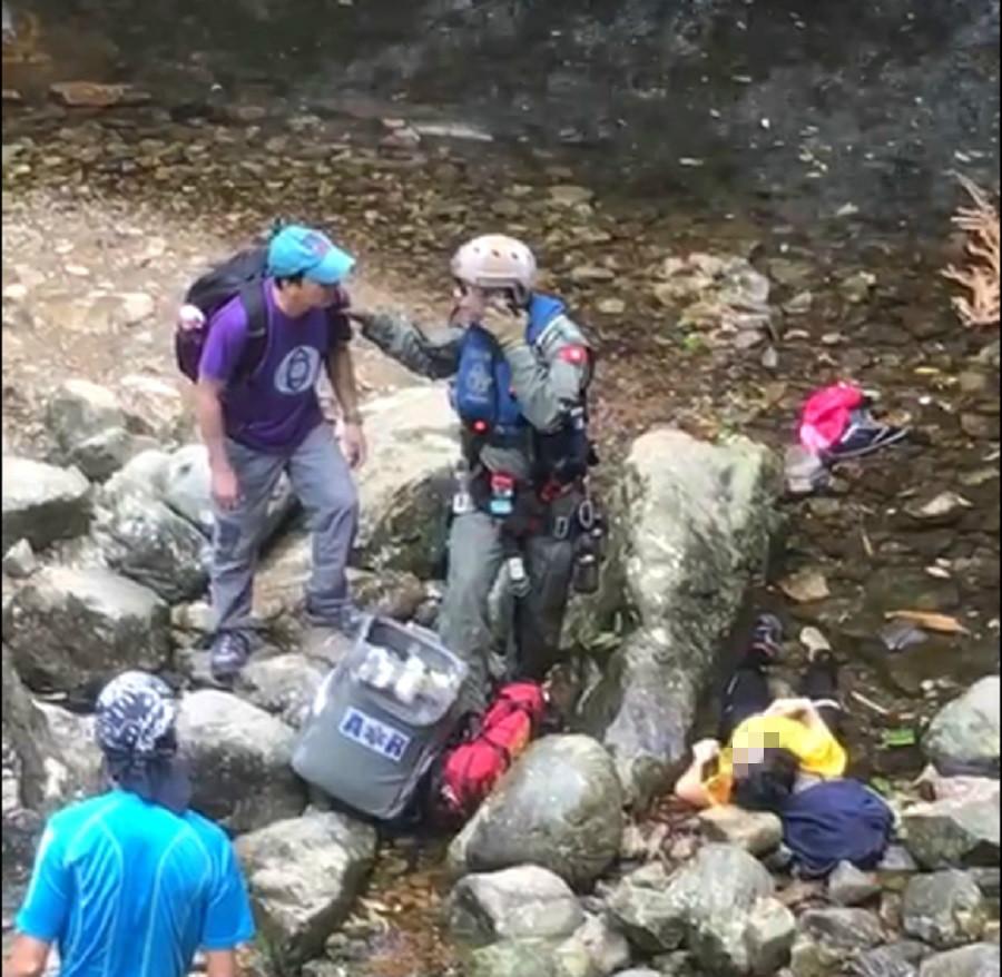 有行山人士協助昏迷女子。行山人士提供