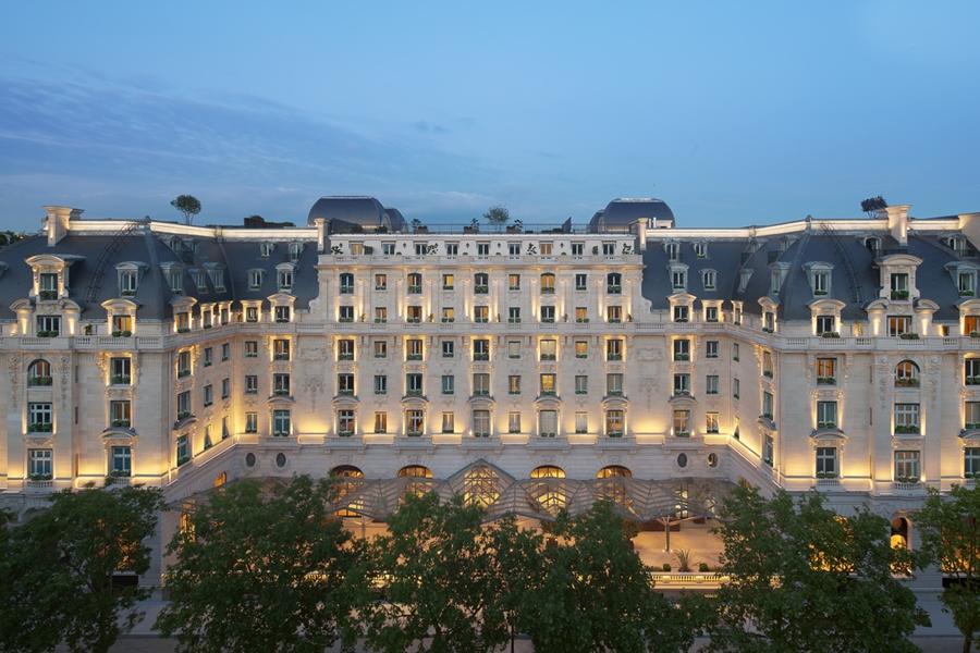 法国巴黎凯旋门附近的五星级半岛酒店遭2名蒙面匪徒闯入抢劫。 网上图片