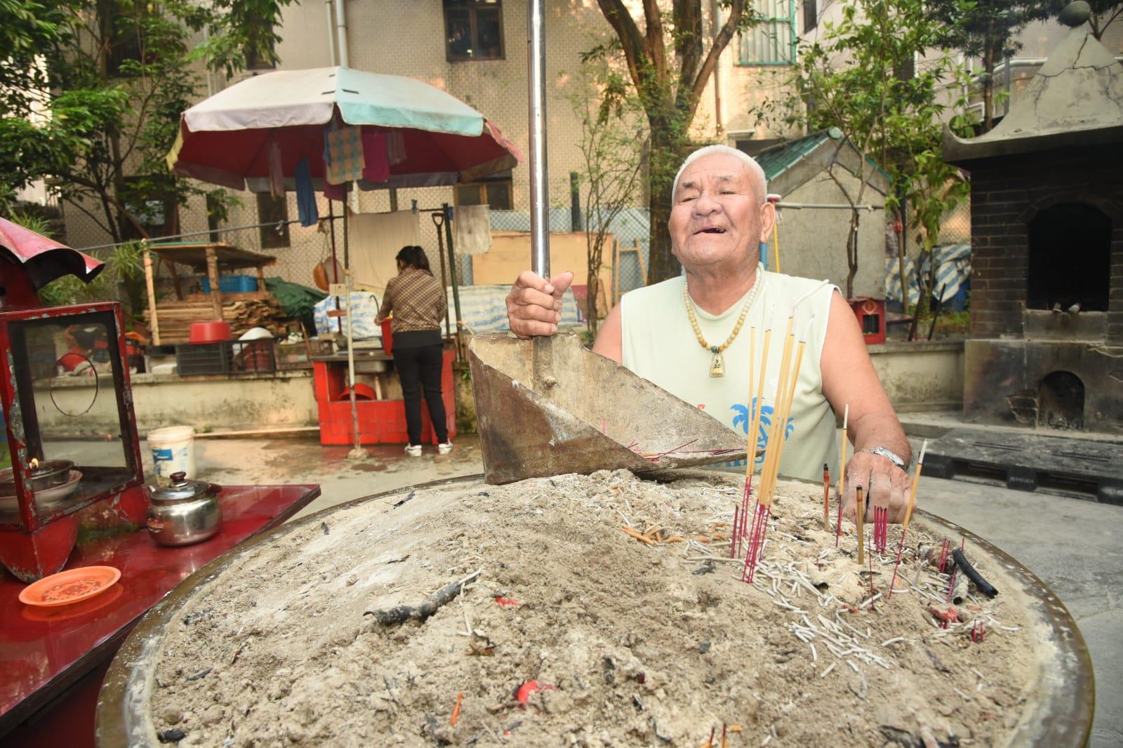 80歲的羅姓廟祝早上回時發現事件。