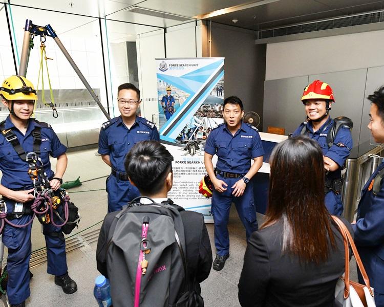 警察搜查队队员向考生介绍其工作。