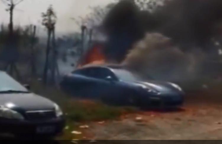 一輛貴跑車遭殃燒剩車架。網圖