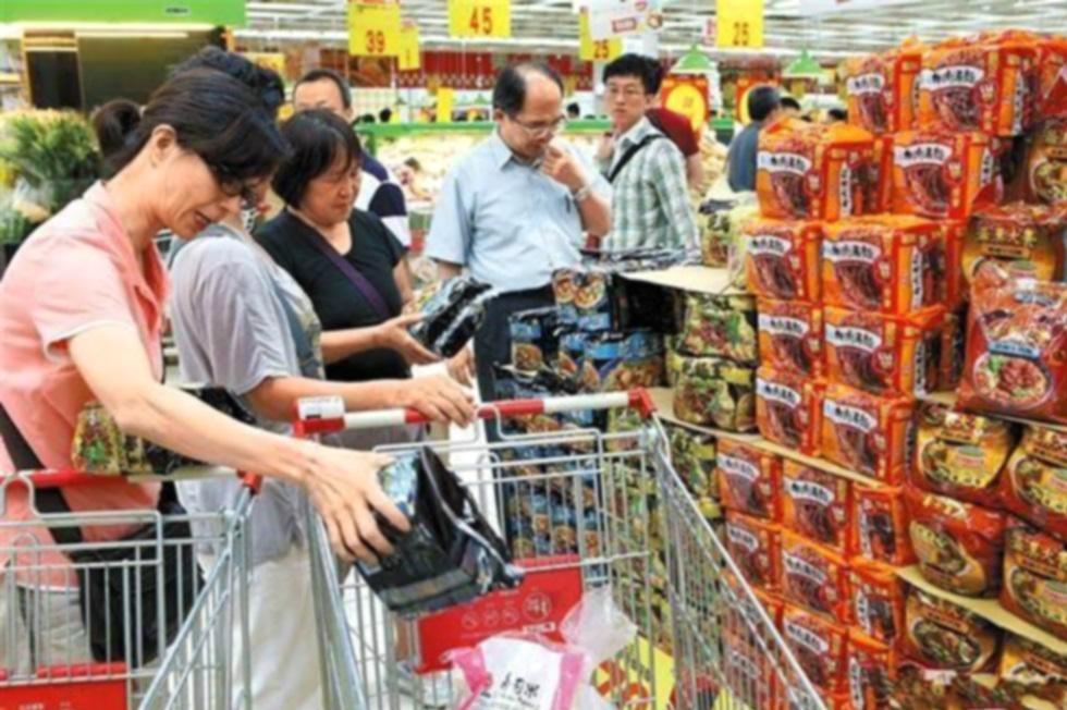 台灣有婦人超市收銀處「人肉霸位」。網上圖片