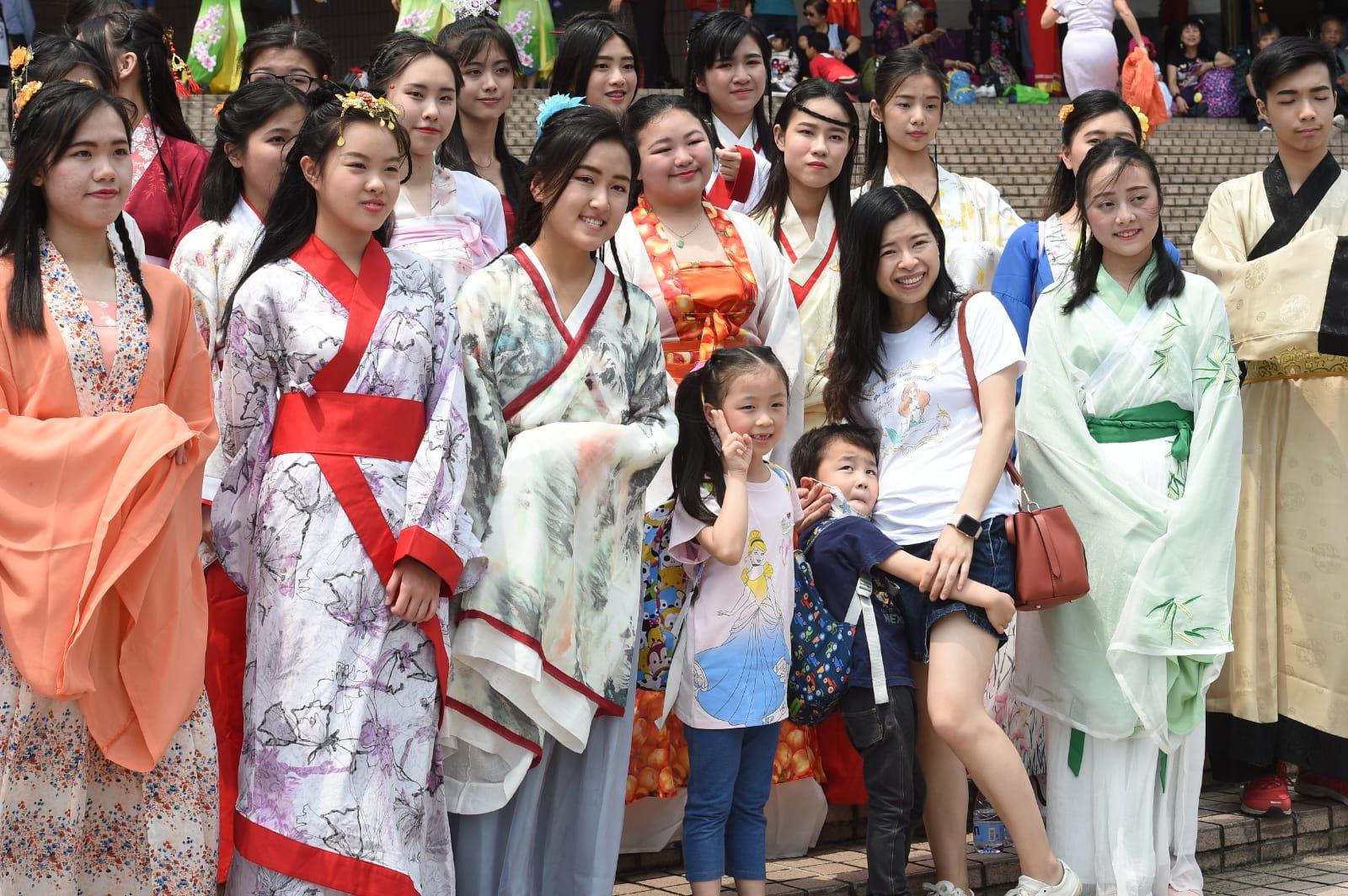 國際華服節在文化中心開幕,吸引市民旅客合照