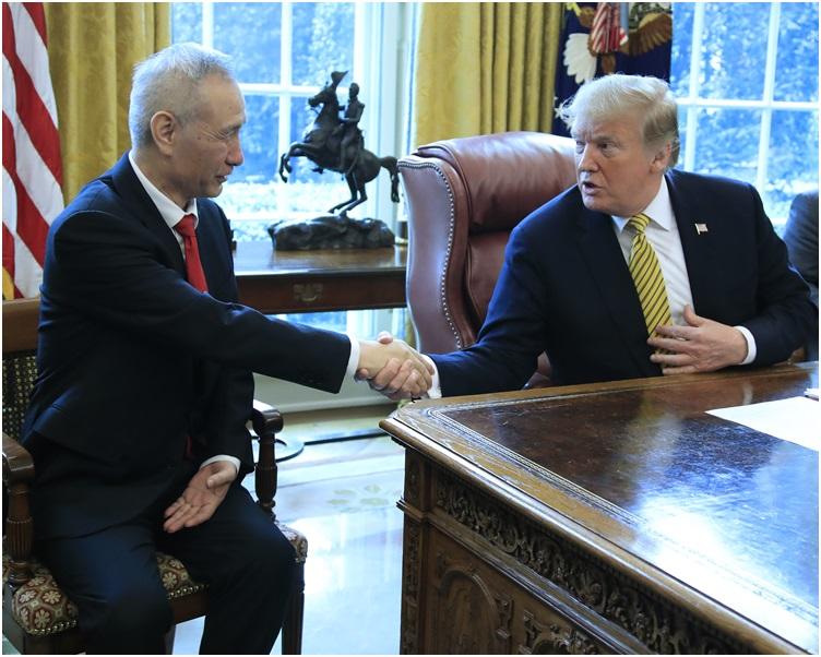 早前特朗普在白宮接見劉鶴。AP
