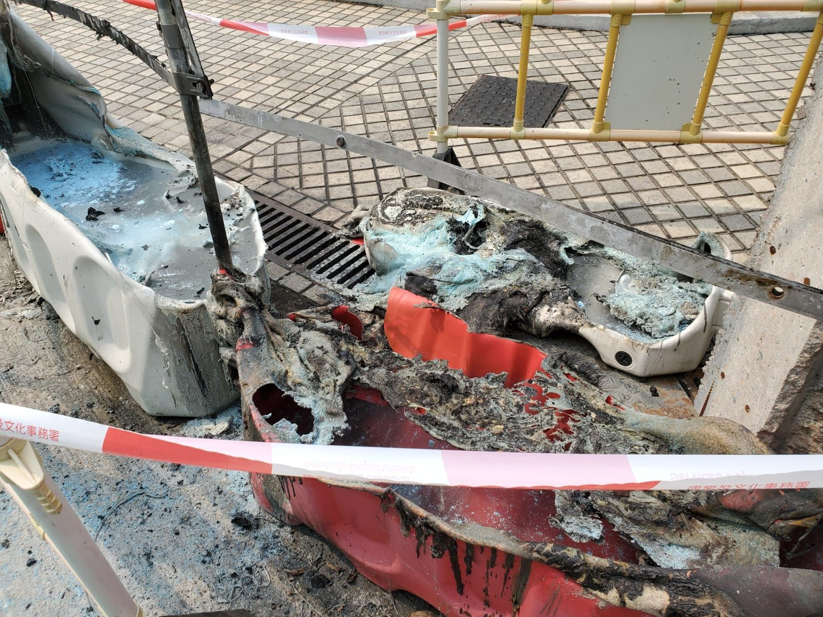 賈炳達道公園公廁外有水馬被焚毀。