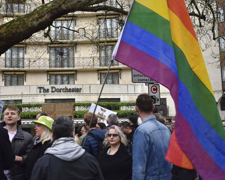 汶莱苏丹博尔基亚拥有的五星级多彻斯特(Dorchester)酒店外有人示威。