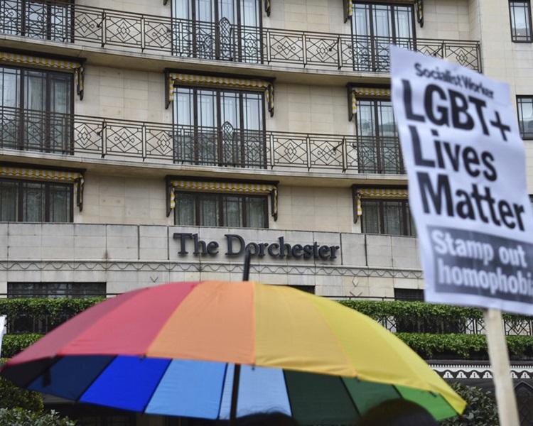 汶莱苏丹博尔基亚拥有的五星级多彻斯特(Dorchester)酒店外有人示威。AP