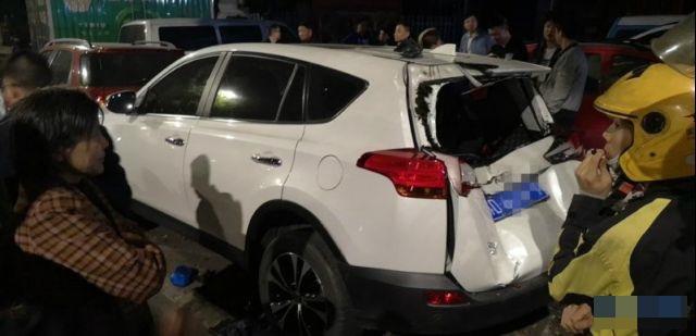 私家車車尾嚴重損毀。網圖