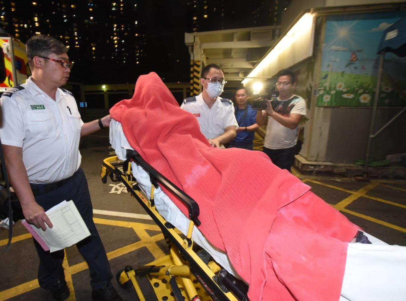 受傷女子清醒由救護車送院治理。