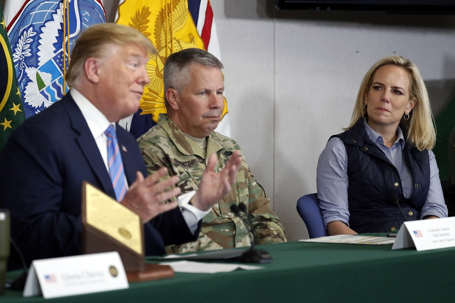 特朗普(左)表示,尼爾森(右)將離開其職位,並感謝她的服務。美聯社