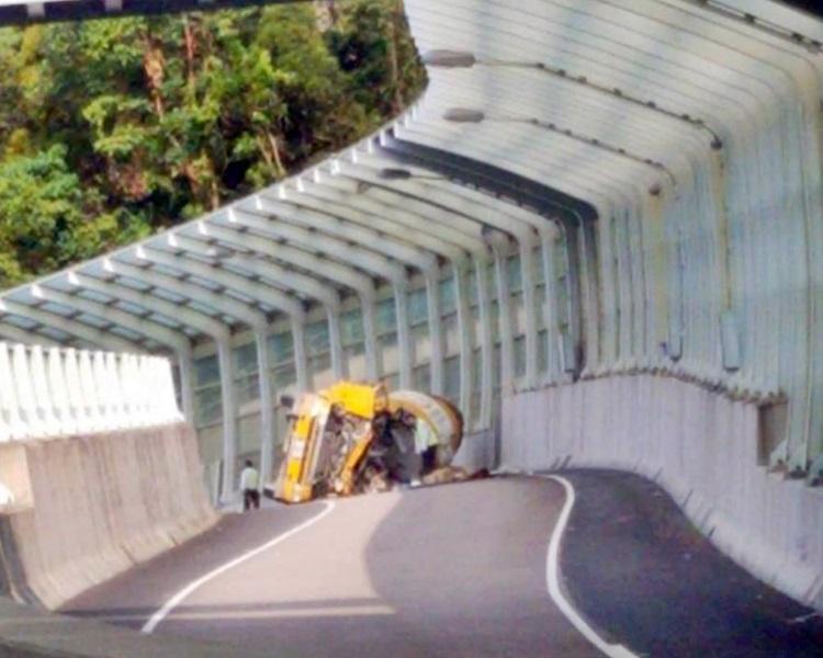 田螺車翻側,車頭損毀嚴重。fb小心駕駛,安全車速,溫馨提示Wing Chan圖片