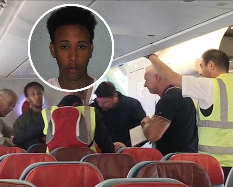 飞机乘客见状顿时充满同情心,向押送官员施压,要求官员将犯人带下飞机。网图