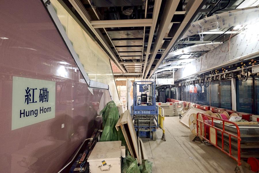 港鐵檢測沙中線紅磡站擴建工程月台層板的鋼筋螺絲帽。  資料圖片